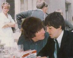 John Lennon and Paul McCartney (Cute)<<<*McLennon shippers go mad in the distance* Beatles Love, John Lennon Beatles, Beatles Band, Beatles Photos, Beatles Funny, Ringo Starr, George Harrison, Liverpool, El Rock And Roll