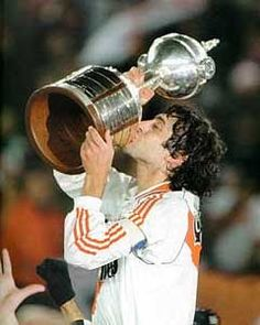Enzo Francescoli y copa Libertadores de America Best Football Players, World Football, Sports Pictures, Cool Pictures, Happy End, Retro Football, Football Icon, Captain Tsubasa, Chelsea Fc