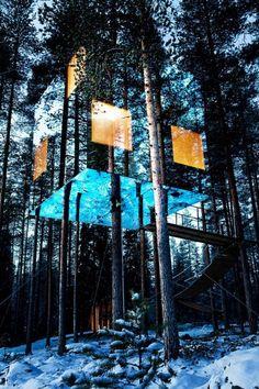Nella foresta svedese a circa 60 km dal Circolo Polare Artico, poco distante dal villlaggio di Harads, si può sparire nella natura... letteralmente. Qui infatti è installata MirrorCube (http://www.treehotel.se/?pg=mirrorcube), una singolare casa sull'albero completamente ecosostenibile