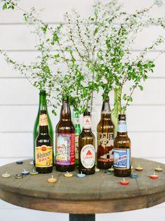 """Garrafas de cerveja especiais=""""vaso flores"""" Tampinhas =""""doces chamas iluminando o arranjo"""""""