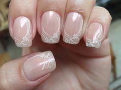 nail art mariage base neutre à motifs floraux