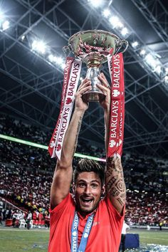 Olivier Giroud #12 with the #BAT2015 Trophy