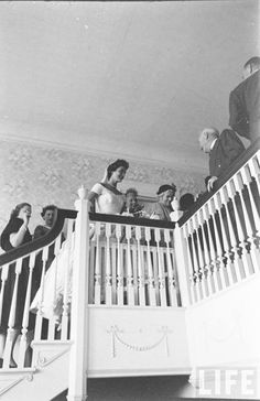 The bride makes her way up the steps at Hammersmith Farm. Credit: Lisa Larsen for Life Magazine. ♡❤❤❤♡❤♡❤❤❤♡ http://en.wikipedia.org/wiki/Hammersmith_Farm http://en.wikipedia.org/wiki/Wedding_dress_of_Jacqueline_Bouvier