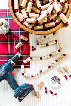 If you're looking for a last minute creative project or want to add a touch more festive decor then you'll love making this DIY wine cork garland. Wine Craft, Wine Cork Crafts, Wine Bottle Crafts, Wine Bottles, Cork Garland, Diy Garland, Cork Christmas Trees, Pallet Christmas, Diy Christmas