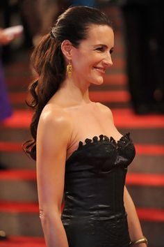 Kristin Davis shows off her long cascading curls with this classic 'half up half down' hairstyle. Chic Hairstyles, Best Wedding Hairstyles, Gorgeous Hairstyles, Prom Hairstyles, Curly Hairstyle, Curly Wedding Hair, Long Curly Hair, Wavy Hair, Half Ponytail