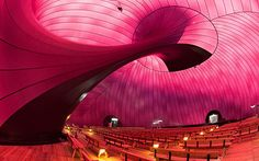 來自英國雕塑家Anish Kapoor與日本建築設計師Arata Isozaki的聯合設計,紫色的巨大外觀裡面,是能發出柔和紫紅色光的內壁,這讓它從裡面看過去的視覺效果相當之贊,足夠支撐一場水準之上的音樂會。