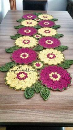 62 Ideas Crochet Christmas Table Runner Pattern For 2020 Crochet Kitchen, Crochet Home, Crochet Motif, Crochet Shawl, Crochet Crafts, Crochet Doilies, Crochet Flowers, Crochet Projects, Crochet Shorts