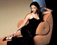 """Aishwarya Rai Nació el 1 de noviembre de 1973 en Mangalore (India), comenzó a trabajar como modelo desde su adolescencia. En 1994 logró el galardón de Miss Mundo, hecho que le proporcionó la popularidad internacional y un trampolín para el mundo del cine.  Aishwarya, llamada Ash o Aishu por sus conocidos, debutó como actriz en 1997. Posteriormente seguiría interviniendo con regularidad en distintas producciones hindúes, ganando dos premios de la Academia de Cine de la India por """"Hum Dil De…"""