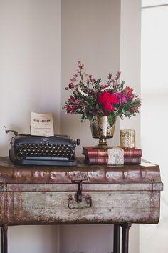Para usar a mala vintage em decorações de casamento junto com a máquina de escrever e livros para um ambiente vintage e boho ao mesmo tempo. Casa-Quintal---Simone-Lobo-20