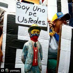 Foto de @yormanj Iconos de la protestas . #ccs #caracas #caminacaracas  El Dr. José Gregorio Hernández estuvo presente en la protesta de los médicos venezolanos . . . #Protestas #22m #Venezuela #Dr #Doctores #Medicos #Caracas