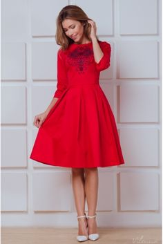 Платье с вышивкой на груди и пышной юбкой • красный • купить онлайн • vilenna • фото 1
