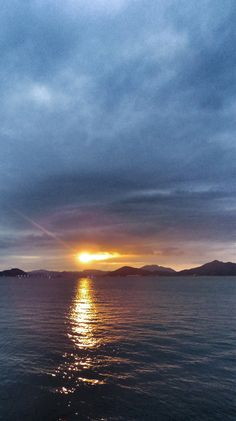 29  Aug. 18:34 暗い博多湾のわずかな雲間に姿を見せた博多湾の夕陽です。 ( Evening Now at Hakata bay in Japan)