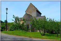 Besse - Dordogne  - L'église est un diamant dans un écrin de verdure. A l'extérieur, elle montre des systèmes défensifs variés et discrets. A l'intérieur, des peintures oscillant entre fin du Moyen Âge et début Renaissance.
