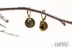 Plättchen und schwarzer Kristall - Ohrhänger, Bron von Caerri Design auf DaWanda.com