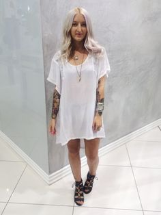 Our stylist Eliza makes this oversized beach dress work-ready with simple accessories and Gracie boots #topshoppersonalshopping #oxfordcircus