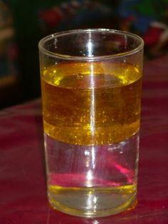 Eine Lavalampe ist für alle Kinder faszinierend.   Aber wie funktioniert sie?     Dazu Wasser und Öl in ein Glas füllen     Dann ein paar ...