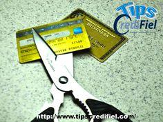 TIPS CREDIFIEL te dice unos tips si quieres ahorrar y usas tarjeta de crédito. Corta las tarjetas de crédito La forma más sencilla de detener el daño financiero que crean las tarjetas de crédito, y controlar las deudas, es cortar las tarjetas de crédito. Luego de cortarlas, podrás idear un plan para comenzar a pagar los saldos. Y no tendrás la tentación de usarlas. http://www.credifiel.com.mx/