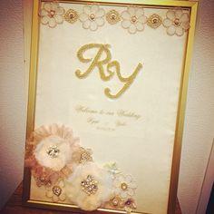 明日結婚式の友人にウェルカムボードを作成(*^_^*) 今回はアンティークな感じを希望だったので、ゴールド満載♡♡(^∇^) 柔らかさのある優しい雰囲気に仕上がりました♡ 素敵な一日になりますよーに♪♪(^ν^) #ウェルカムボード#ウェディング#結婚式#アンティーク#ビーズ刺繍#wedding#イニシャル