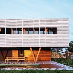 casa em floripa | projeto: una arquitetos | projetada pelo escritório una arquitetos para um casal de amigos e seus três filhos, esta casa de fim de semana, em florianópolis, valoriza o lazer e a vista do mar