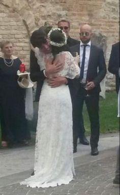 Il cantante dei 'The Kolors' Stash abbraccia Elisa Toffoli (sua coach durante il talent da lui vinto 'Amici') durante il suo matrimonio