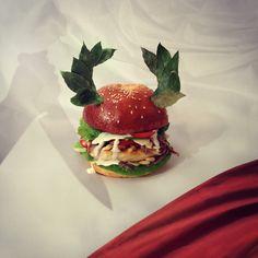 Tu Quoque Mi Burger. Poulet grillé. Sauce César. Anchois. Salade romaine. Tomate. Pignons. Croutons à l'ail. Parmesan.Je suis venu, j'ai vu, j'ai goûtu. #lesgrandsburgersdel'histoire