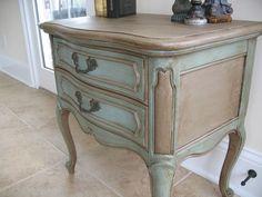 Mano francés Provincial pintado y encerado carril Muebles mesa auxiliar o mesita de noche - Annie Sloan.  $ 135,00, a través de Etsy .:
