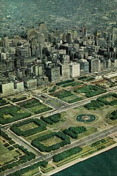 Chicago - Grant Park - Buckingham Fountain in center (water off)