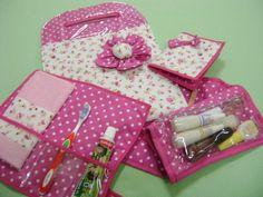 kit feminino composto de 1 lixeira para carro, 1 porta documentos, 1 kit dental e 1 kit manicure R$110,00