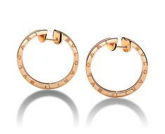 LANÇAMENTO DA GRIFFE BVLGARI! Descrição: B.ZERO1 Brincos de argola B.zero1 em ouro rosa 18K. Um luxo! *** Na minha loja tenho duas versões de argolas Bvlgari para vc arrasar! Todas banhadas a ouro 18K com garantia de 1 ano. Uma em ródio e outra e ouro rosê. Confira: 1)http://www.elo7.com.br/argola-bvlgari-banho-amarelo/…/659D4C 2) http://www.elo7.com.br/argola-bvlgari-em-rodio/dp/659CF2