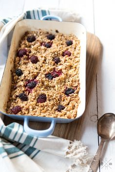 Baked Oatmeal – gebackener Haferbrei In my vegan January I cooked some recipes that I absolutely want to share. This includes the Baked Oatmeal, a porridge baked in the oven with or without fruit.