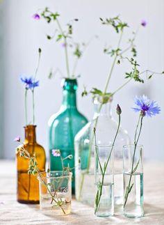 Gruppera mera. Mixa vilt allt från flaskor, småvaser, mjölkprovrör och andra glasbehållare och bygg en liten gruppering. Tänk på att det blir allra vackrast med olika höjder, färger och former!