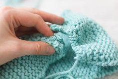 Akuutin neuloosin iskiessä oiva käsityövälipala on neulepanta talven viimaan. Fingerless Gloves, Arm Warmers, Knitted Hats, Knitting, Fashion, Fingerless Mitts, Moda, Tricot, Fashion Styles