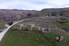 """""""Dünyanın belleği"""" Hattuşa büyükelçileri ağırlayacak UNESCO'nun """"Dünya kültür mirası"""" ve """"Dünya belleği"""" listelerindeki tek antik şehir unvanına sahip Çorum'un Boğazkale ilçesindeki Hititlerin başkenti Hattuşa, yarın başlayacak ve iki gün sürecek etkinlikte Türkiye'de görev yapan büyükelçileri ağırlayacak. Hattuşa, etkinlik öncesi """"drone"""" ile havadan görüntülendi."""