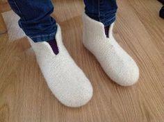Tangs univers: Sutsko - en meget let model Crochet Socks, Knitting Socks, Free Knitting, Knit Crochet, Chrochet, Knitting For Kids, Baby Knitting Patterns, Crochet For Kids, Felt Boots