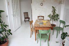 Essbereich in hell eingerichteter Wohnung in Düsseldorf. Holztisch mit vier Stühlen.