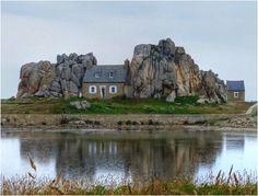 Casa entre rocas, situada en Castel Meur, Pointe du Château, Plourgrescant, Francia.