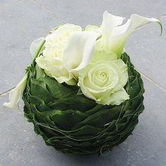 White and green arrangement - Hilde Houtmeyers - Flower Art Arrangements Funéraires, Small Flower Arrangements, Funeral Arrangements, Flower Centerpieces, Flower Decorations, Centrepieces, Ikebana, Deco Floral, Arte Floral