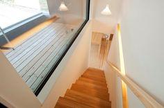 杉のオリジナル階段・手摺・木に囲まれたバルコニー(明日香の家)奈良県橿原市・木の家・秦建築