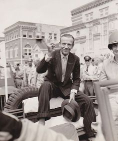 Fred Astaire at a war bond rally in San Antonio, Texas. Hollywood Icons, Golden Age Of Hollywood, Vintage Hollywood, Hollywood Stars, Classic Hollywood, Hollywood Images, Hollywood Glamour, Gene Kelly, Fred Astaire