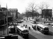Willemsplein, 1950-1955 Straatbeeld Willemsplein met diverse bushaltes