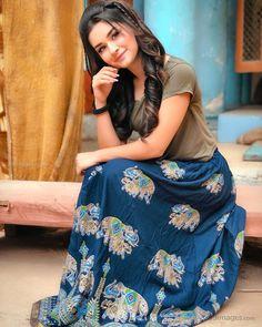 Avneet Kaur Beautiful HD Photoshoot Stills & Mobile Wallpapers HD – avneetkaur actress televisionactress Cute Girl Poses, Cute Girl Photo, Girl Photo Poses, Girl Photography Poses, Stylish Girls Photos, Stylish Girl Pic, Stylish Kids, Teen Celebrities, Indian Celebrities