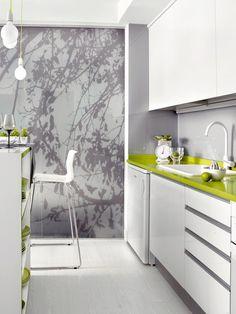 Cocina en blanco y gris con encimera en verde lima