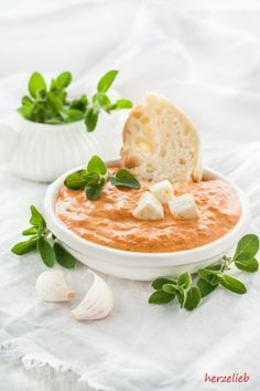 Paprika feta dip - also great as a spread!- Paprika-Feta-Dip – herrlich auch als Brotaufstrich! This paprika-feta dip is so delicious that I usually have to make a double recipe right away because one portion is plastered in a few minutes. We - Dip Recipes, Grilling Recipes, Appetizer Recipes, Snack Recipes, Easy Recipes, Brunch Recipes, Healthy Recipes, Feta Dip, Healthy Snack Recipes