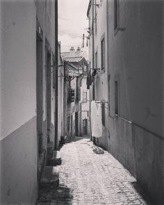Tú que recorres Lisboa y sus calles y sus fondas  con hombres de una sola vez  tú serás mi último puerto para amarrarme a tu alma  y solo yo vivir en él. Faro de Lisboa - Revolver  #igerslisboa #igersportugal  #igers #instagramers #tbt
