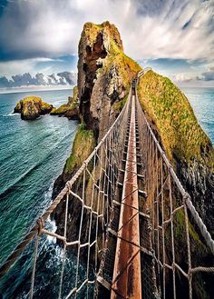 Carrick-a-Rede Rope Bridge, Northern Ireland. Carrick-a-Rede Rope Bridge, Northern Ireland. Places Around The World, Oh The Places You'll Go, Places To Travel, Places To Visit, Around The Worlds, Ireland Vacation, Ireland Travel, Bósnia E Herzegovina, Reisen In Europa