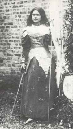 """St. Therese dressed as Joan of Arc. En 1894, Thérèse écrit ses premières """"Récréations pieuses"""". Ce sont de petites pièces de théâtre, jouées par quelques religieuses pour le reste de la communauté, à l'occasion de certaines fêtes.Sa première création est consacrée à Jeanne d'Arc, qu'elle a toujours admirée, et dont la cause de béatification vient d'être introduite"""