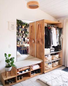 recamara con mesa y closet de madera repleto de ropa Room Ideas Bedroom, Home Bedroom, Bed Room, Dorm Room, No Closet Bedroom, Wardrobe Small Bedroom, Master Bedroom, Bedroom Boys, Extra Bedroom