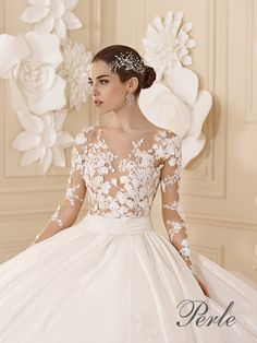 Princess gown. Gathered taffeta skirt. Rebrodé lace corset, tattoo-effect with long sleevesColorsLight Ivory