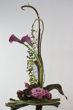 Recent Workshops - Sogetsu School of Ikebana, Victorian Branch Contemporary Flower Arrangements, Creative Flower Arrangements, White Flower Arrangements, Flower Centerpieces, Flower Vases, Flower Decorations, Ikebana Arrangements, Ikebana Flower Arrangement, Art Floral