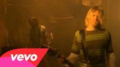 """""""Smells like teen spirit"""" fue el 1º single de Nevermind. La idea sobre la historia del vídeo fue de Kurt qu quería a unos adolescentes tomaban el instituto creando el caos total. No dejó de sonar en todas las emisoras americanas y después del mundo."""